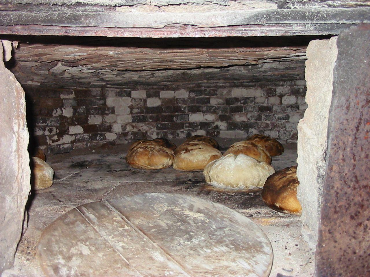 la cuisson du pain dans le four a pain restaure. Black Bedroom Furniture Sets. Home Design Ideas